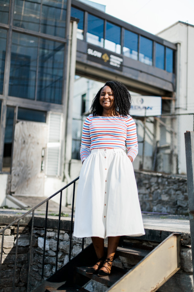 how to style a white flared denim skirt